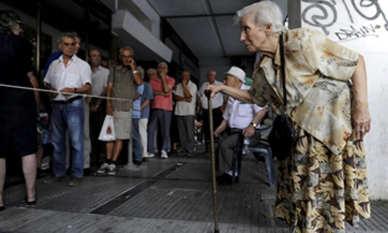 Una pensionada llega a una sucursal del banco nacional para recibir parte de su pensión. (Foto: Reuters )