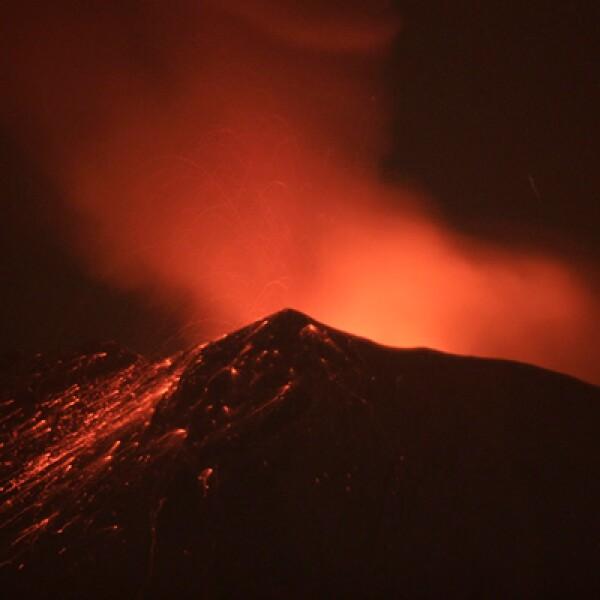 El volcán emitió este viernes rocas y gases incandescentes aunque la actividad no requiere evacuar a la población por el momento: Sebog.