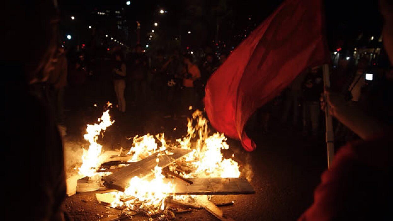 Un grupo de personas queman objetos durante la manifestación en el centro de la Ciudad de México este lunes