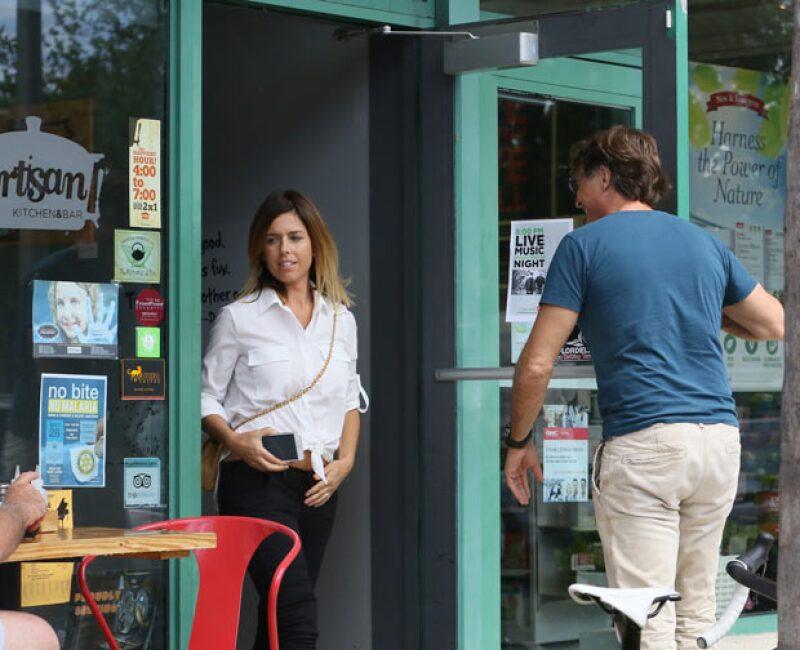 Juan Soler fue captado muy galante para con Maki, mientras hicieron una parada en una tienda.