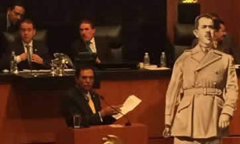 Senadores del PRD colocaron una imagen del general Lázaro Cárdenas en el Pleno de la Cámara. (Foto: Tomada de @JLozanoA)
