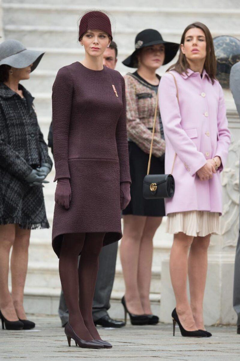 Charlène optó por un vestido midi y sombrero en tono vino inspirados en los años 20. Carlota, por otra parte, se inclinó por vestido blanco, abrigo rosa y tacones negros.