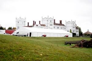 Una carpa ha sido puesta en el jardín para celebrar por segunda ocasión lo que muy probablemente es la segunda boda de la pareja Clooney.