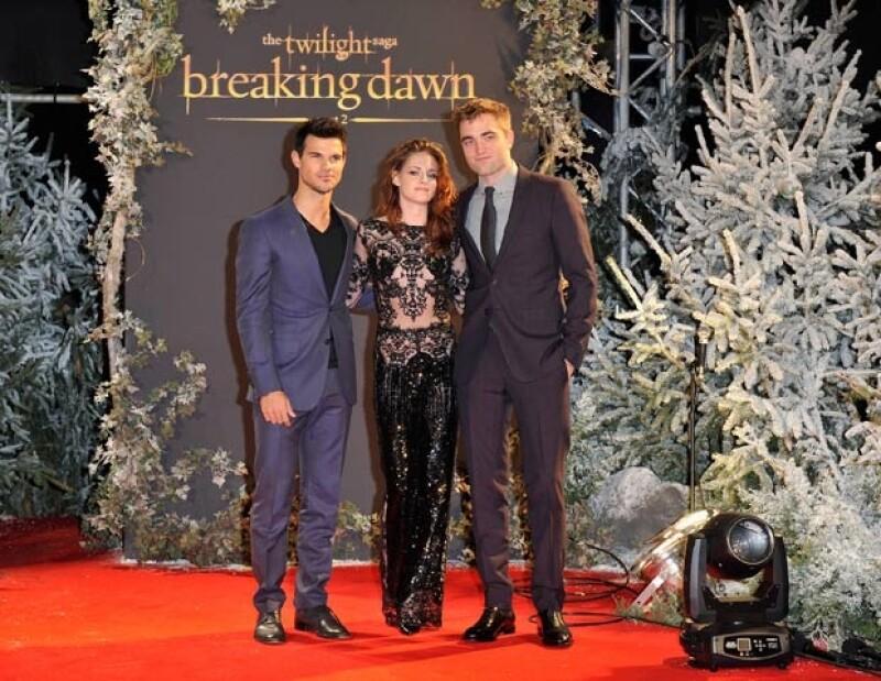 """Hoy se llevó a cabo la premiere de """"Crepúsculo"""" en Londres, donde la joven actriz de 22 años conquistó a sus fans por su traje transparente."""