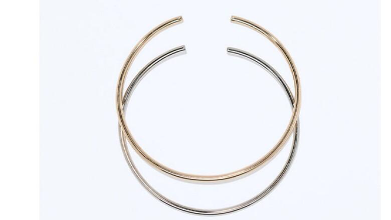 Un accesorio en el cuello discreto puede dar un toque de distinción a tus prendas. Busca el equilibrio, si usas un collar grande elige aretes discretos.