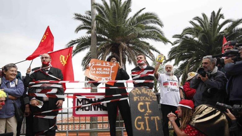 Los manifestantes utilizan máscaras de los líderes europeos para mostrar su descontento