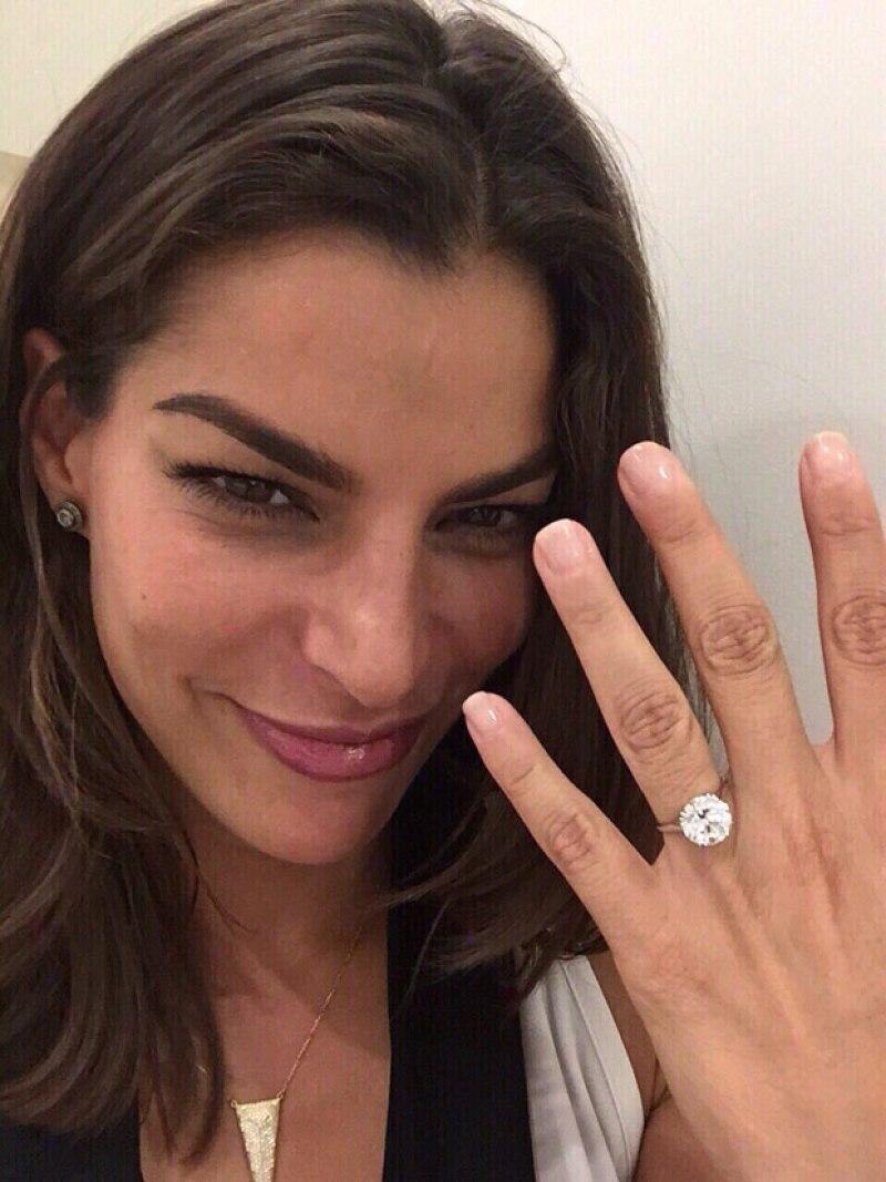 Bárbara muestra feliz su anillo de compromiso.