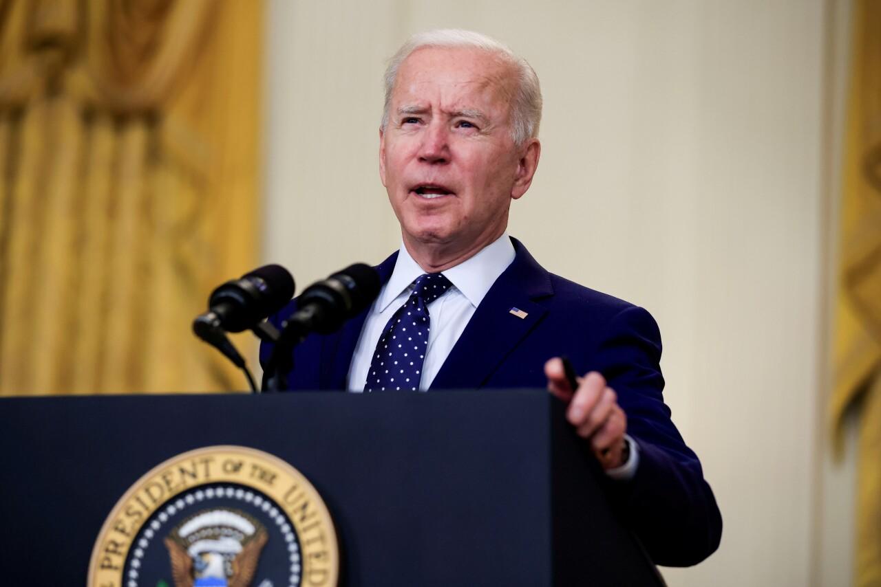 Biden dice que aumentará el límite refugiados admitidos en EU