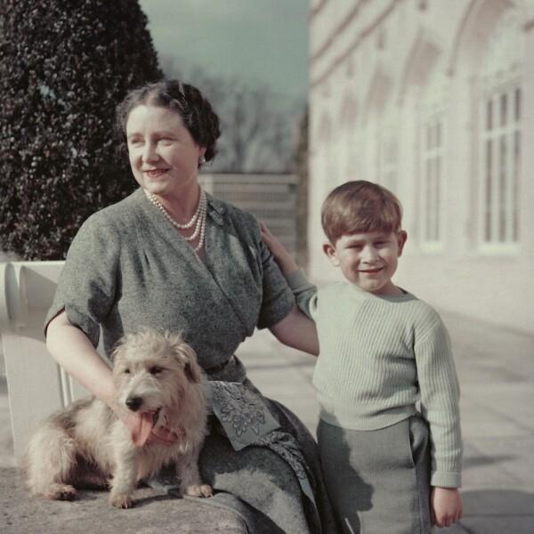 La reina madre con el príncipe Carlos.
