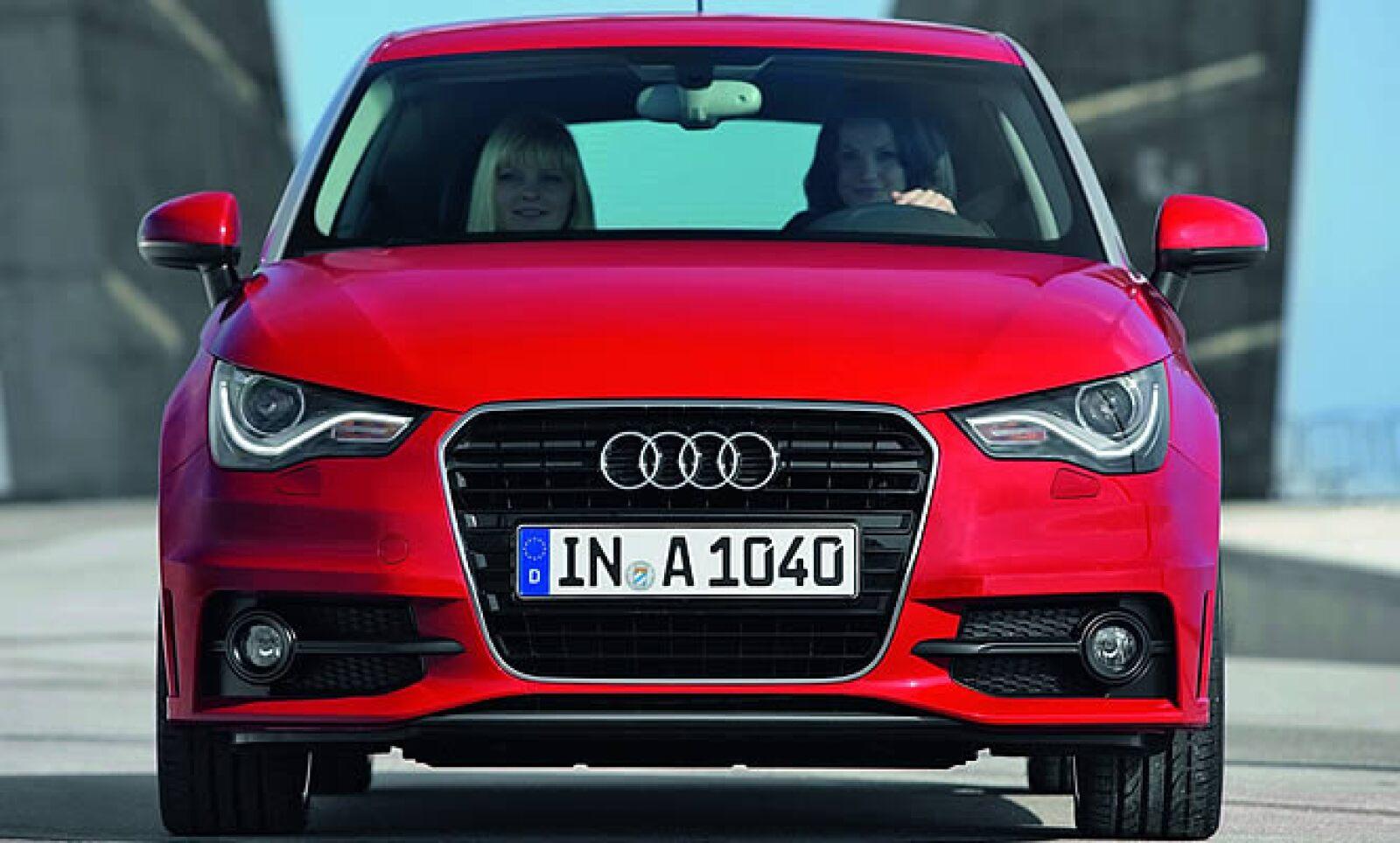 Su velocidad máxima es de 203 km/h, acelera de 0 a 100 km/h en 8.9 segundos y tiene un consumo de combustible combinado de 18.9 km/h.
