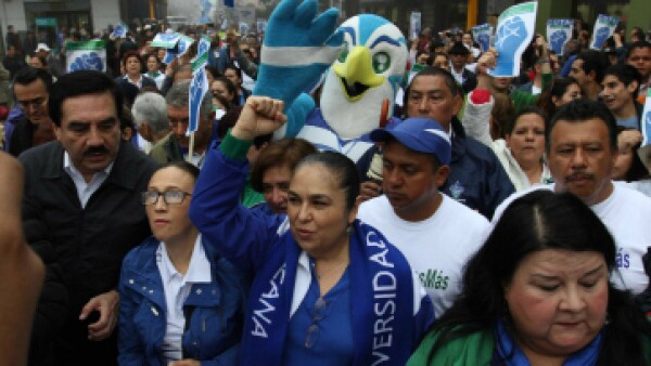 La rectora Sara Ladrón de Guevara estuvo al frente de la marcha. (Foto: Especial )