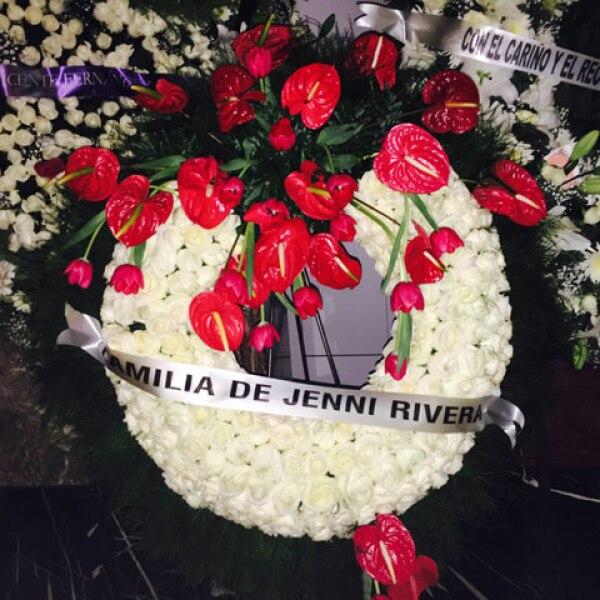 La familia de la fallecida Jenni Rivera también mandó una corona.