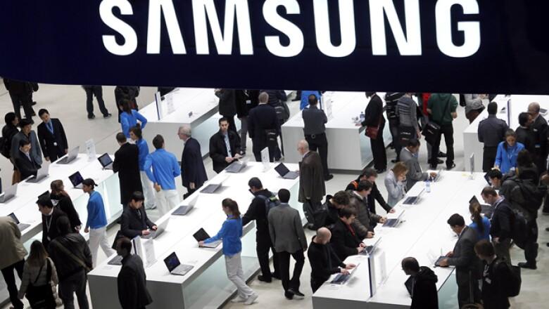 En el Congreso Mundial Móvil en España, la surcoreana Samsung colocó un stand para que los asistentes prueben sus dispositivos.