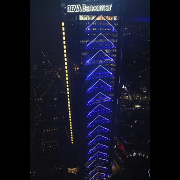 Desde antes de su inauguración, este edificio de 235 metros de altura ya se había convertido en un inmueble representativo del poniente de la capital mexicana.