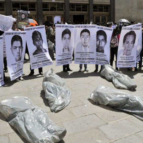 Cientos de personas salen a las calles de Bolivia en solidaridad con los normalistas desaparecidos de la escuela de Ayotzinapa