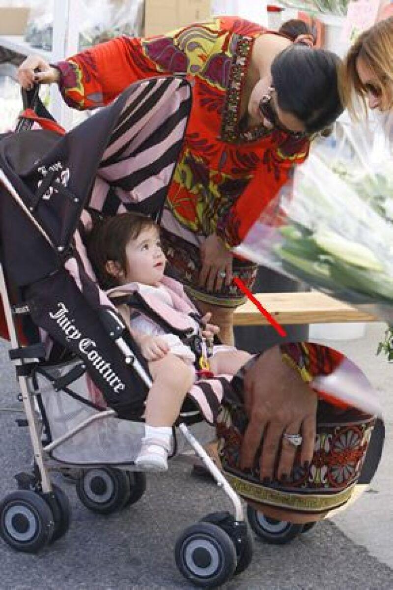 Fue durante su paseo con Valentina Paloma a una feria de animales en Los Ángeles donde pudimos ver su argolla, la cual acompaña por una joya valuada en 200 mil dólares.