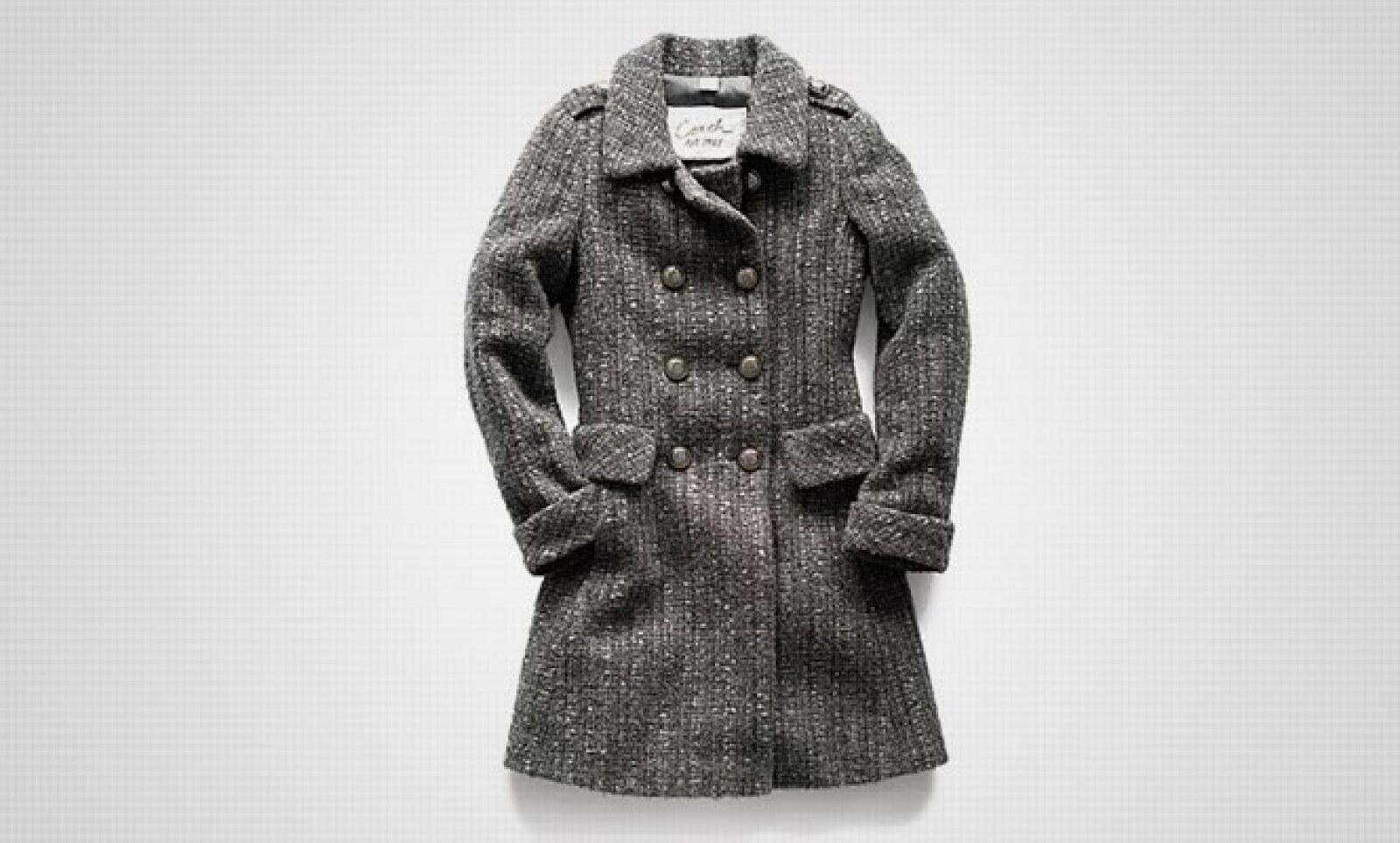 Un abrigo en color gris y detalles en material de nubuck, la opción perfecta para pasar el invierno.