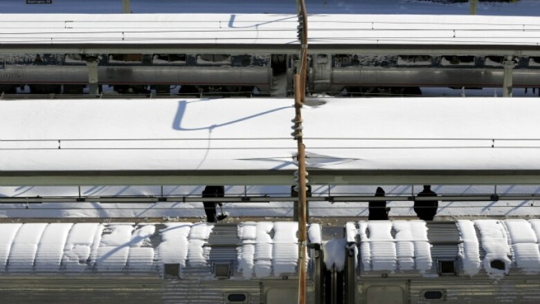 Un trabajador retira la nieve acumulada en Union City en Washington, para intentar normalizar el servicio de trenes en la ciudad para este lunes.