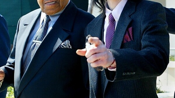 En 2005 junto a su padre Joe Jackson durante el juicio que enfrentó el rey del pop por abuso de menores.