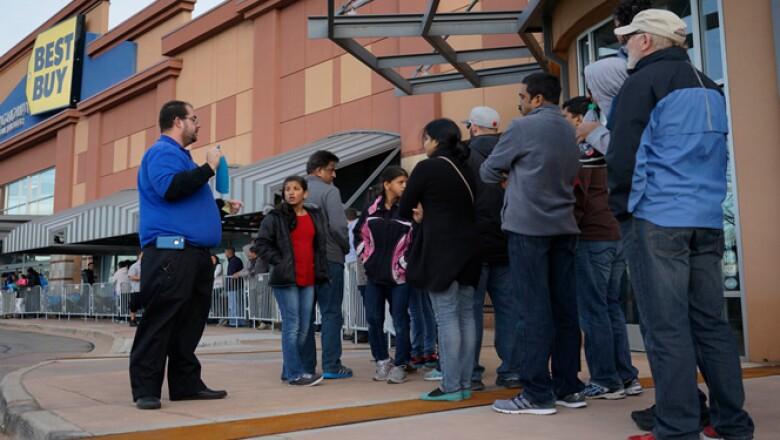 Varias  personas llevan días formados afuera de las tiendas para comprar desde televisores hasta ropa y otros productos.