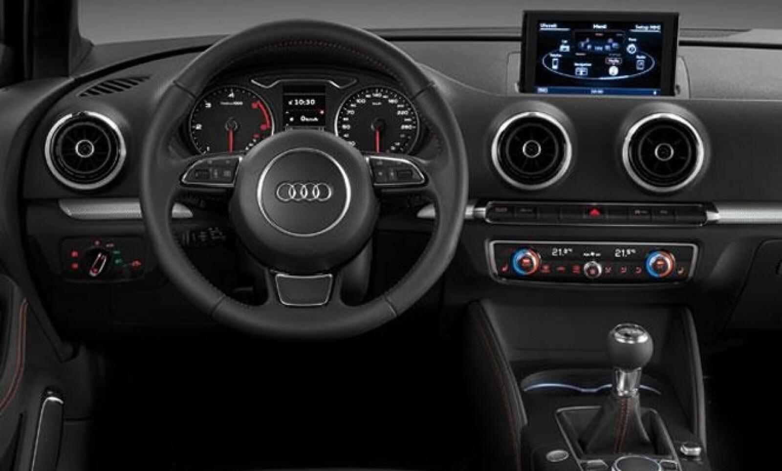 Además el vehículo cuenta con conexión por Bluetooth y sistema de sonido Bang and Olufsen entre otros elementos.