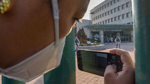 """Elementos de la Guardia Nacional resguardan el centro Médico """"Lic. Adolfo López Mateos"""" en donde se atienden a pacientes COVID-19."""