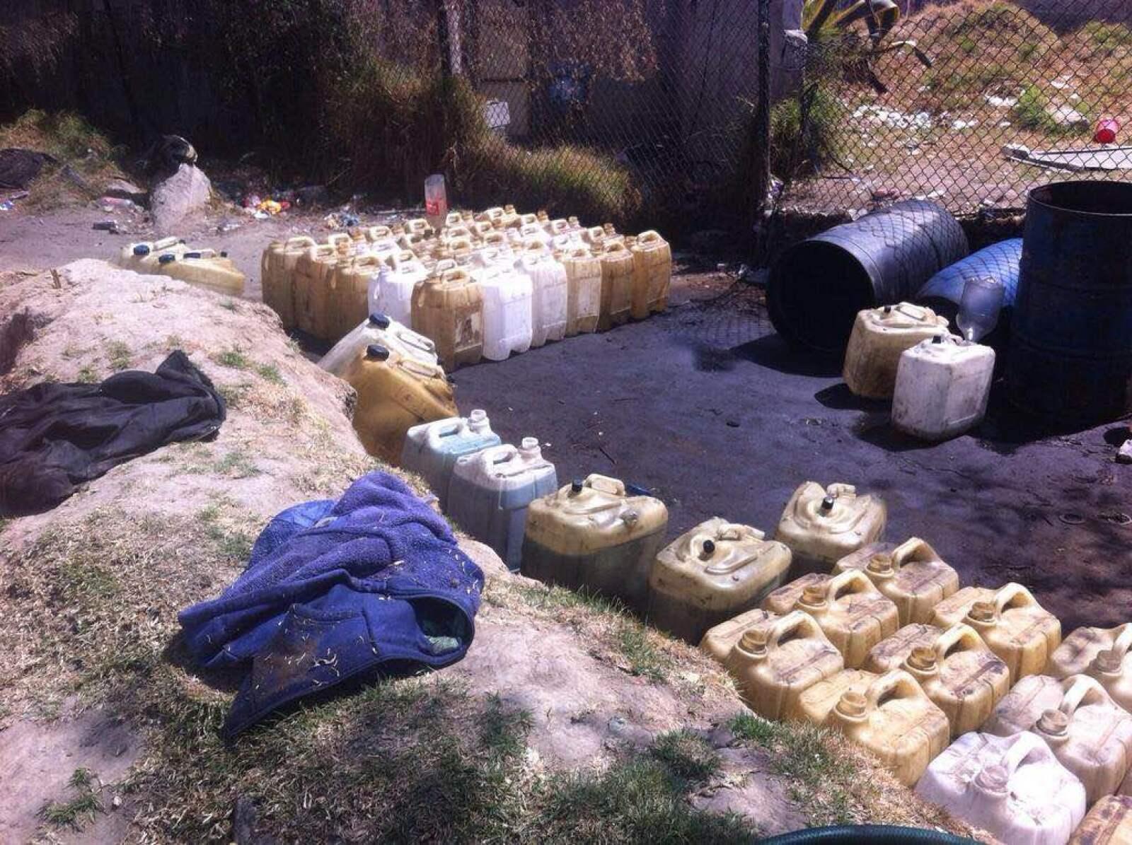 En un operativo por la PGR y Policía Federal en Santa Rita Tlahuapan, fueron ubicados cientos de galones llenos de gasolina robada en un predio baldío desde donde presuntamente se comercializaba el producto. Fueron detenidas dos personas. Julio 2015.