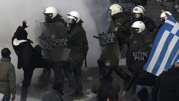 Los manifestantes sostienen que los griegos ya han tenido que soportar la mayor parte de la carga de recortes de gastos y alzas de impuestos.