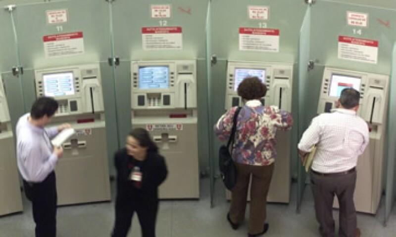 Cajeros automáticos y banca por internet estarán siempre disponibles para los clientes. (Foto: Reuters)