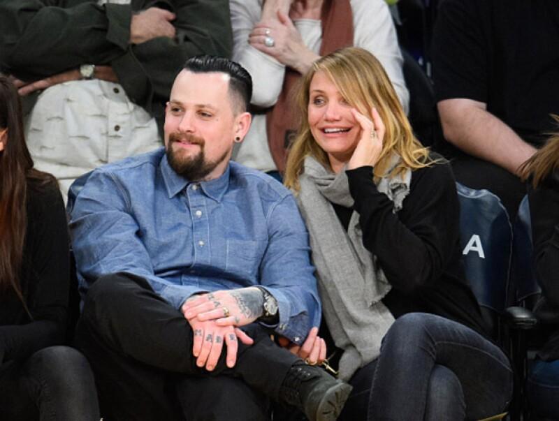 Tanto Cameron como su nuevo esposo disfrutaban del encuentro relajados en sus asientos.