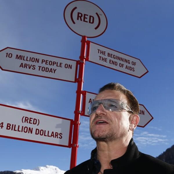Cantante y cofundador de (RED), posa delante de un cartel durante una sesión fotográfica en el Foro Económico Mundial (WEF) en Davos.