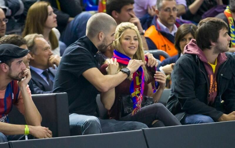 El futbolista le prestó su bufanda a su novia.