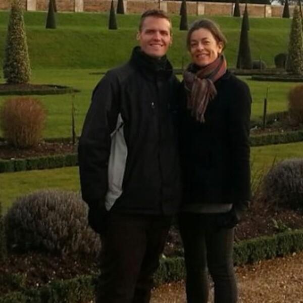 Jackie Eastham (derecha) y Brian Flemming (izquierda) en Inglaterra, al conocerse en persona por primera vez en 2013