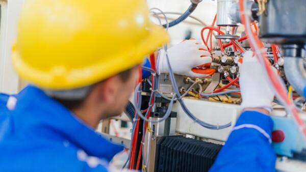 Trabajador que reemplaza cables