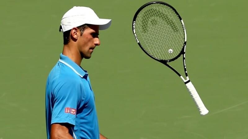 El tenista serbio mostró su frustración tras perder el segundo set de la final del Abierto de Miami ante Andy Murray; eventualmente, ganó el título