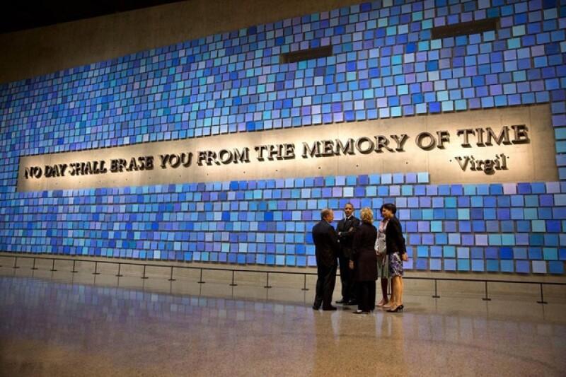 `América perdura´ tuiteó Obama junto a esta imagen del memorial que se encuentra en el lugar de los atentados que dice: `Ningún día se puede borrar de la memoria del tiempo´.