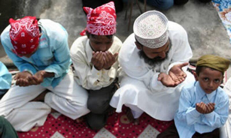 Los devotos de una mezquita en Pflugerville, Texas, cerca de Austin, encontraron su puerta principal cubierta de heces, y páginas destrozadas del Corán en el suelo. (Foto: AFP)