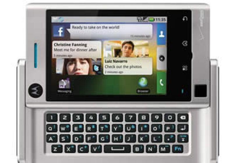 El Devour es muy parecido al Motorola Droid que salió al mercado en noviembre. (Foto: AP)