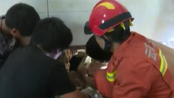 Entre tierra y lodo, un niño fue encontrado con vida en China