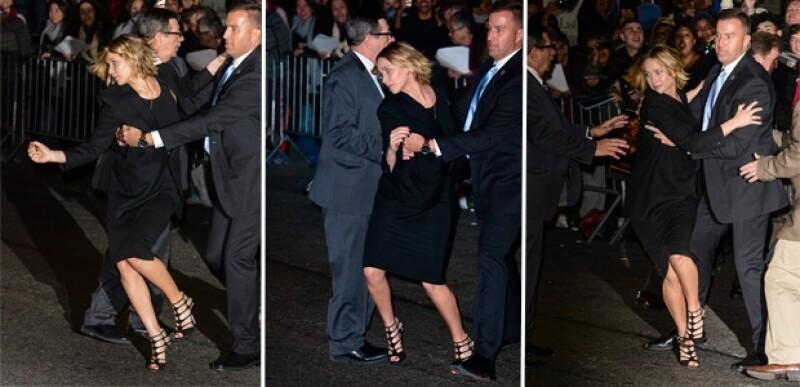 """La actriz vivió un momento de tensión cuando se rompió una valla que contenía a sus seguidores a la salida de la grabación de """"Late Show With David Letterman"""" y comenzaron a correr hacia ella."""