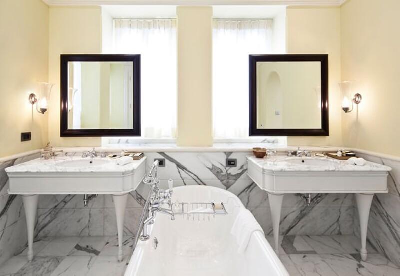 Los baños están hechos de mármol.