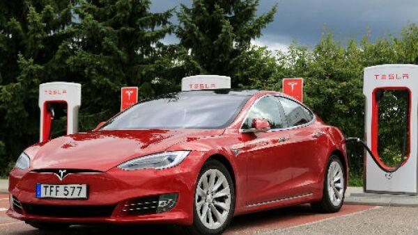 Tesla auto rojo