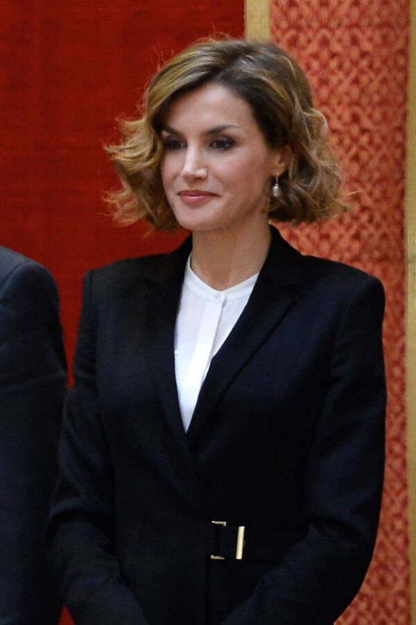Ya sea con olanes o monocromática, Letizia intercambia blusas a la hora de usar el conjunto.