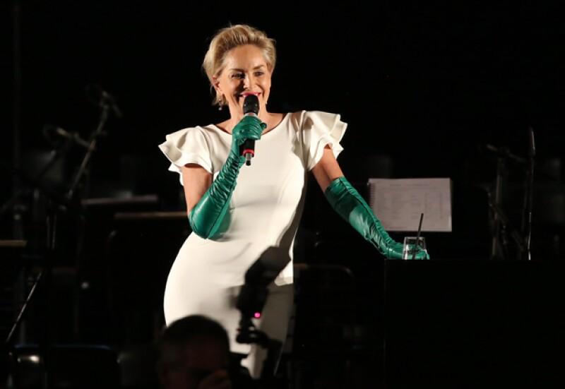 La actriz cometió un desacierto de moda al acudir a una gala de beneficencia en Italia usando unos guantes verdes que no favorecieron su look.