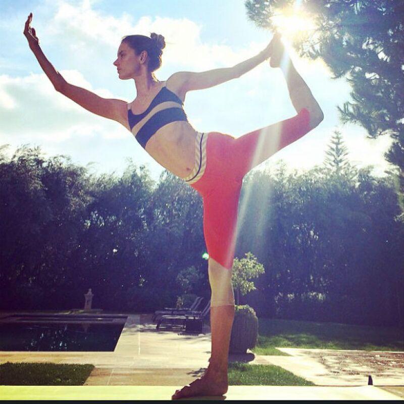 Alessandra Ambrosio cultiva mente y cuerpo practicando yoga.