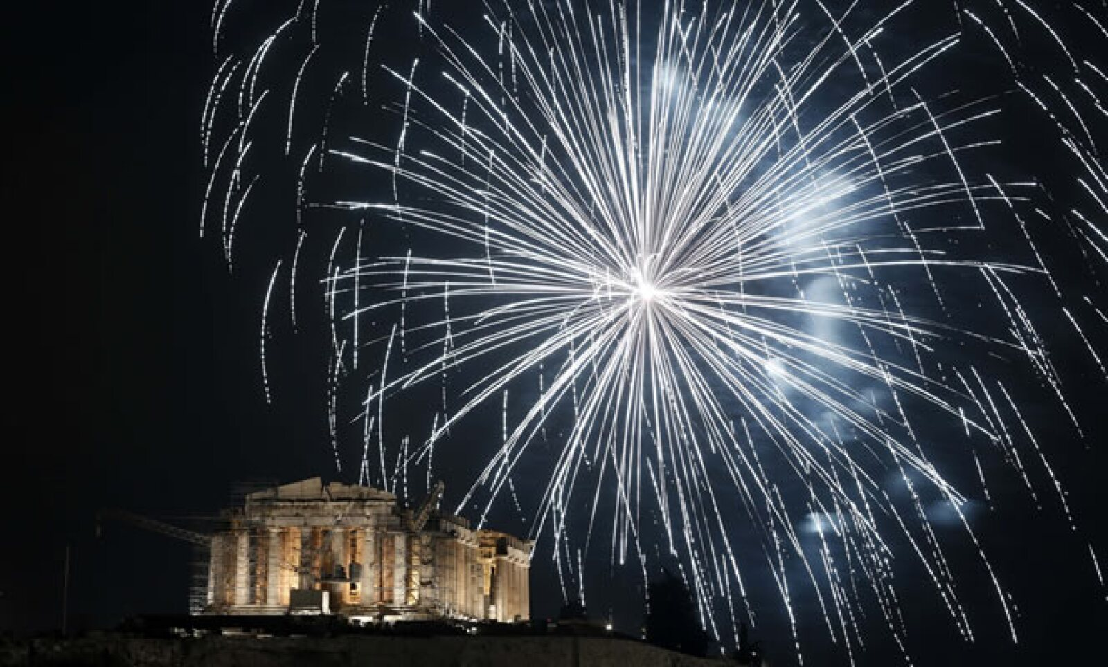 La Grecia de la crisis se dio tiempo para celebrar el año nuevo, esperando que 2013 traiga mejores noticias económicas.