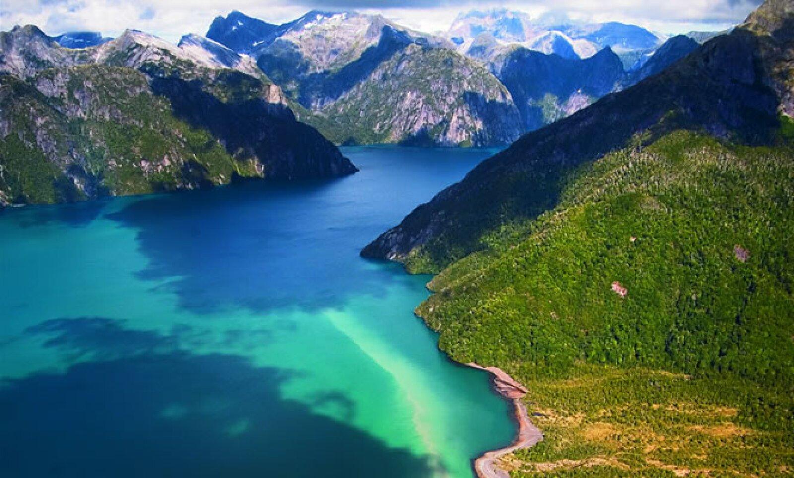 Esta es la vista del encuentro entre un río fangoso y la entrada al mar patagónico.