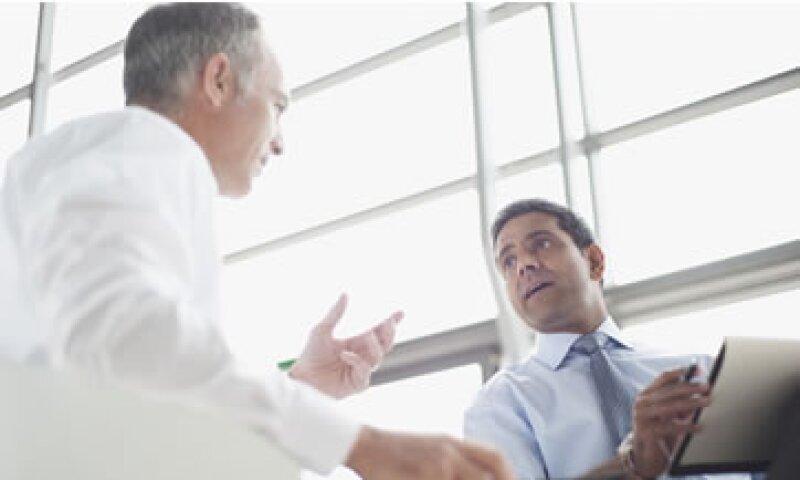 Los expertos recomiendan  no apabullar al interlocutor con un exceso de palabras. (Foto: Getty Images)