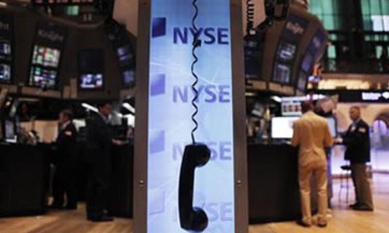 El principal índice en Wall Street cerró el viernes con una baja de 253.31 unidades, equivalentes a 2.20%. (Foto: Reuters)