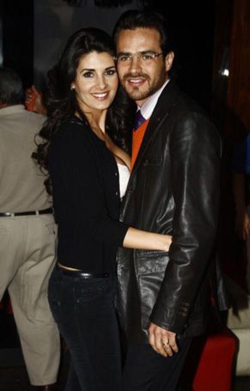 Según la conductora Inés Gómez Mont, Villanueva soportó varias infidelidades de Poza antes de que decidiera iniciar una relación con Eduardo Santamarina.